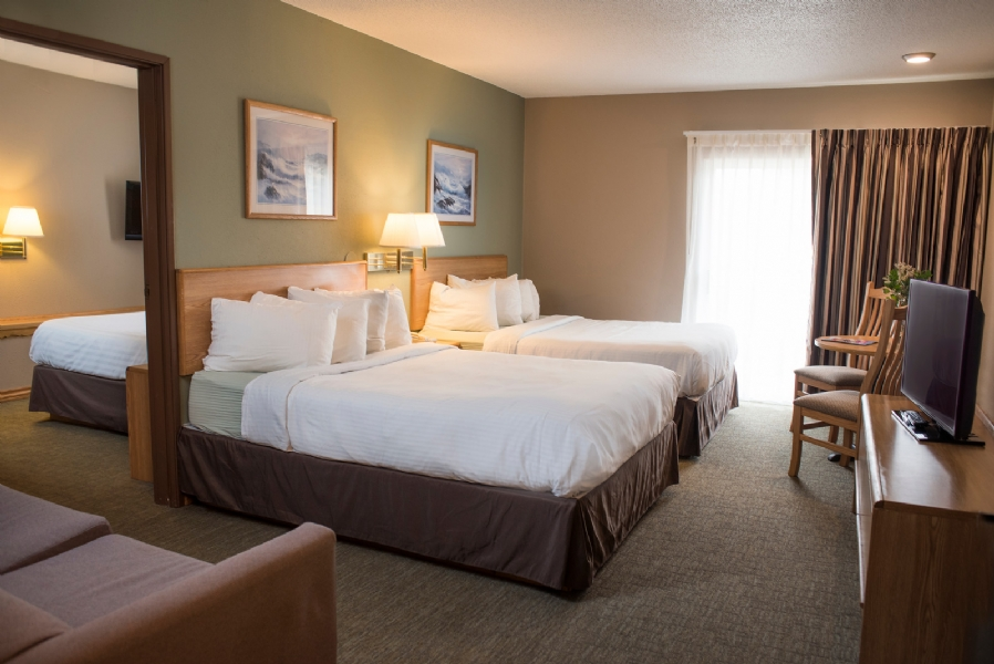 Triple queen suite adjoining rooms hotel room in wisconsin dells cliffside resort - Bedrooms images ...