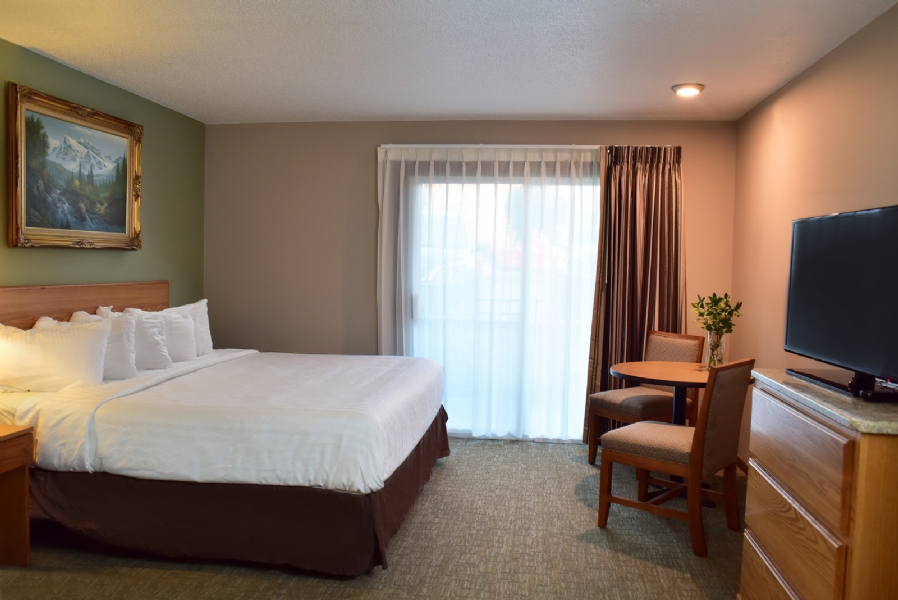 King Whirlpool Suite - Non Lakeview